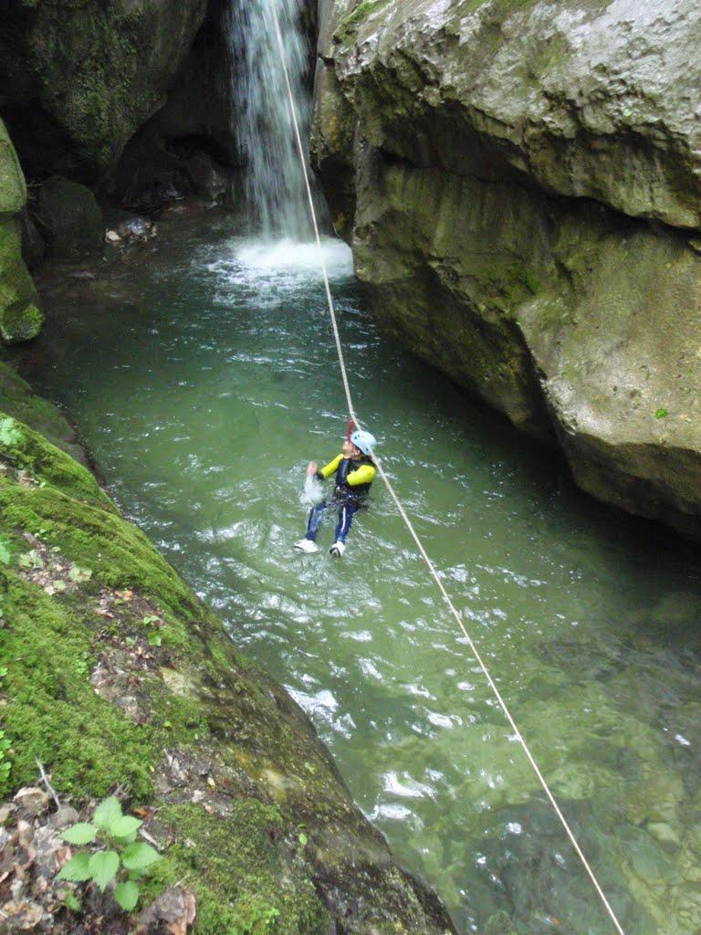 Il y a peu de fond pour sauter, la tyrolienne est donc une solution pour descendre