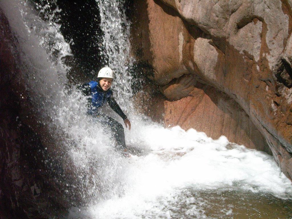 cascade rafraichissante dans la zonre de rocher rouge.