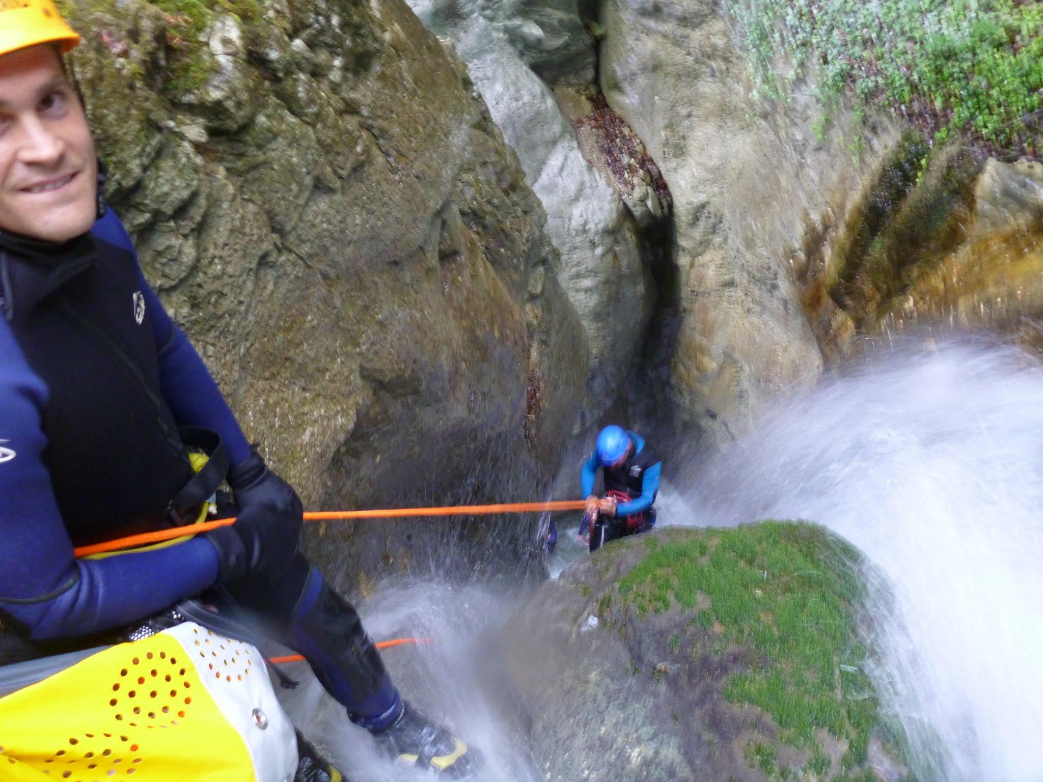 Rappel arrosé dans le canyon de la Pissarde