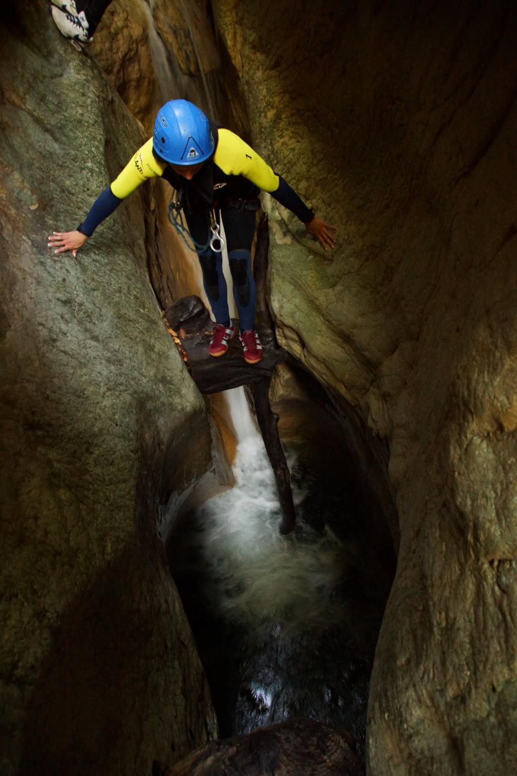 Petit saut dans la zone des mains courantes. Ici le canyon ne fait sue 1,50m de large