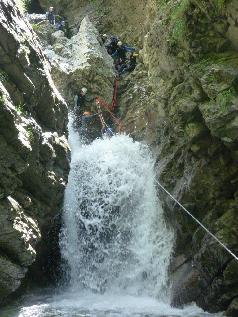 La diaclase avec main courante en rive gauche et tyroliene pour éviter le saut délicat par bon débit...