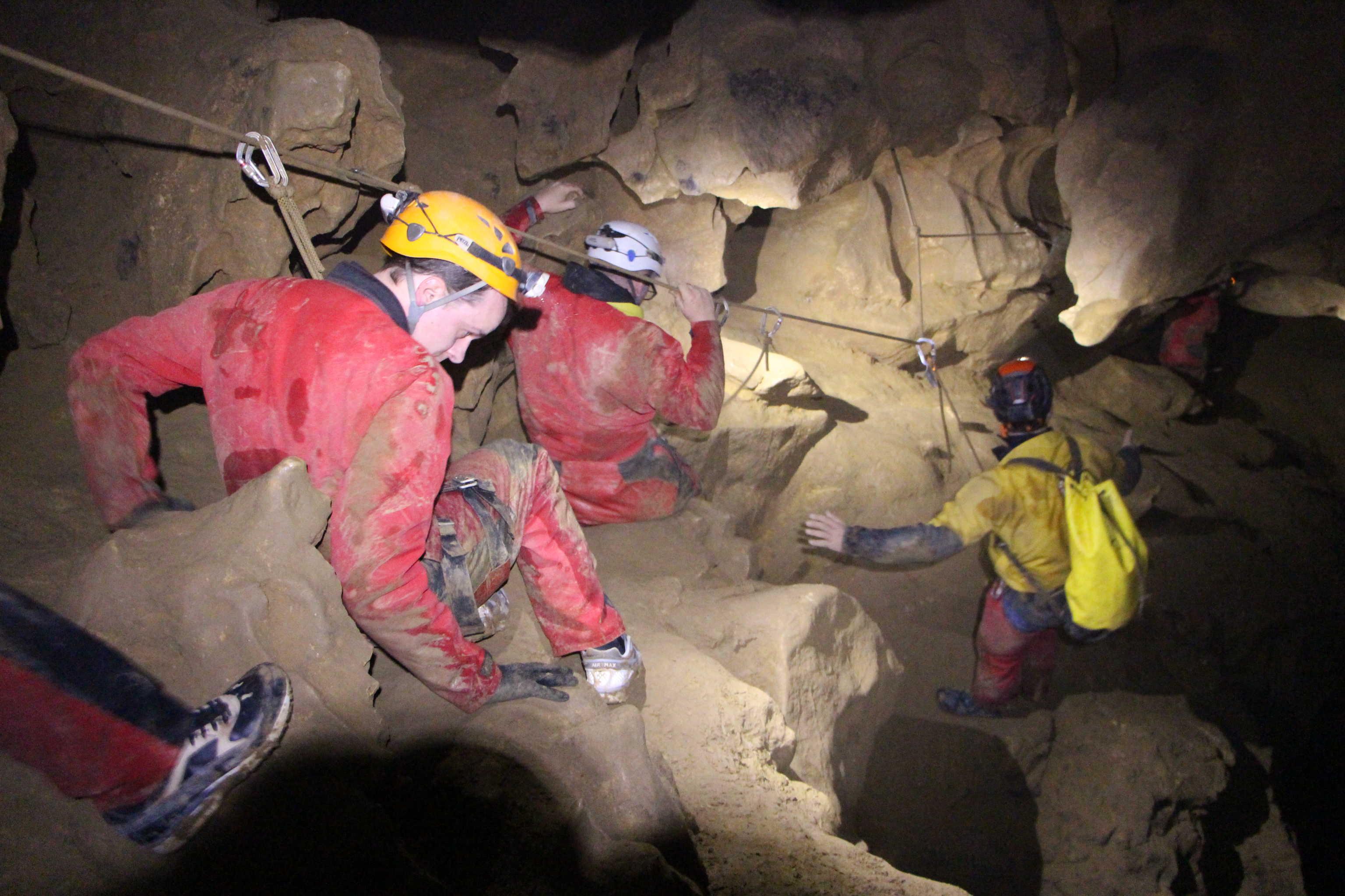 Ramping dans grotte roche