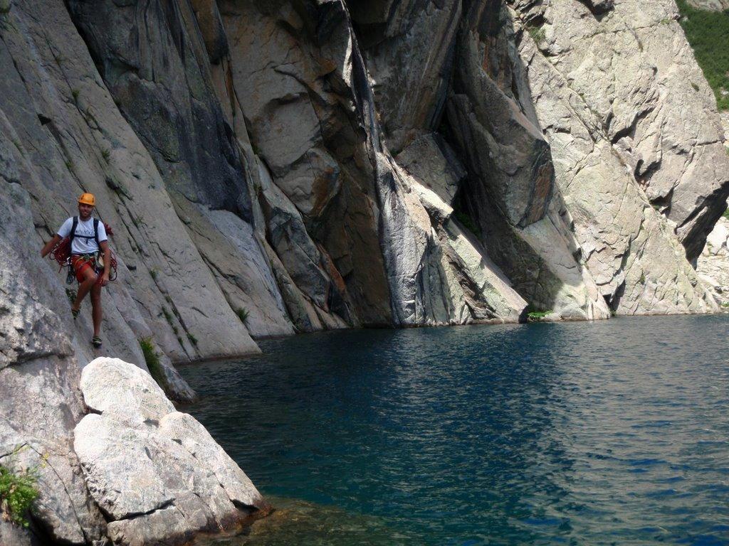 Romain essaye de ne pas tomber à l'eau.
