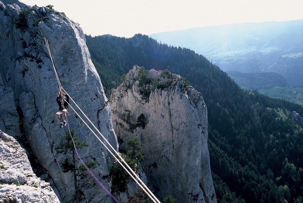 Une autre tyrolienne de la via corda de Saint Nizier du Moucherotte au x rocher des 3 pucelles.