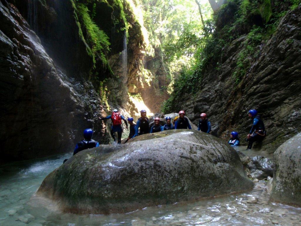 L'eau coule le long des tuffs et arrose le canyon.