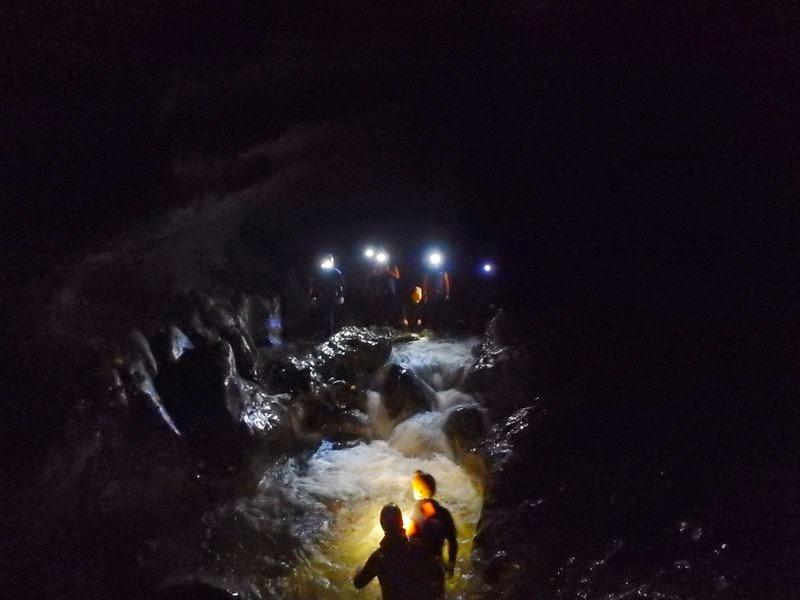 Entrée dans le canyon sous la lumière des lampes frontales étanches