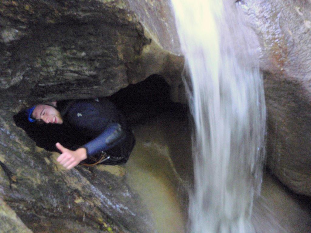 Entrée d'un passage souterrain pour contourner la cascade