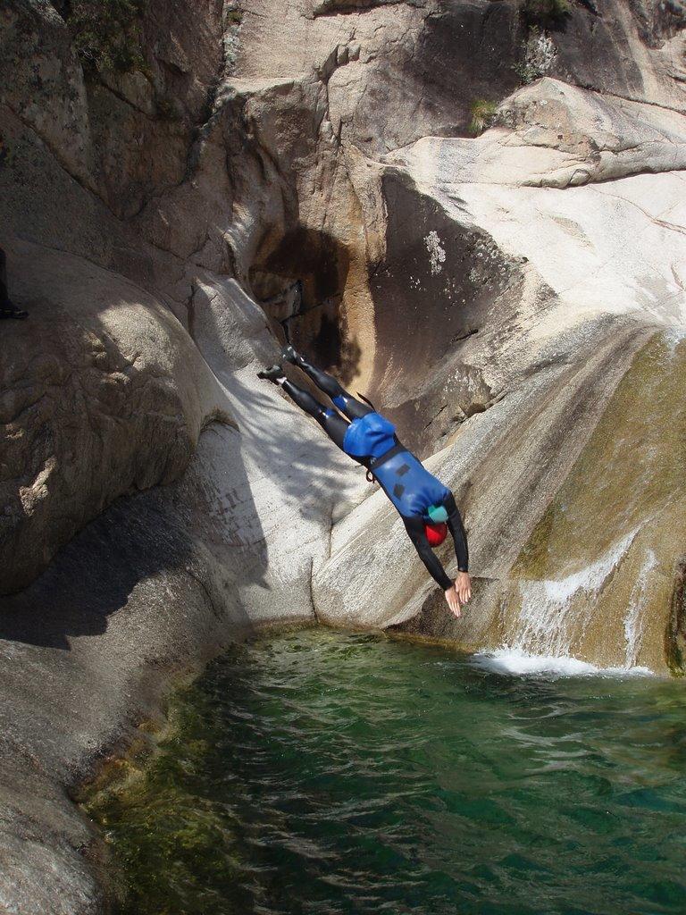 Le rocher Offre la possibilité de sauter, glisser et même plonger!