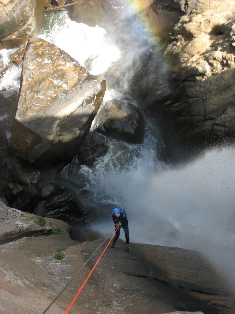 Le bruit de la cascade est assourdissant.