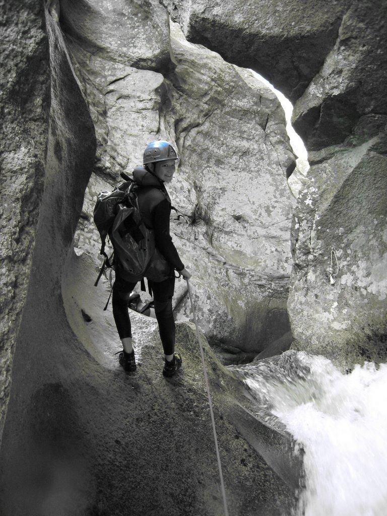 Nadège se lance dans ce rappel de 5m, accès de la tyroliène.