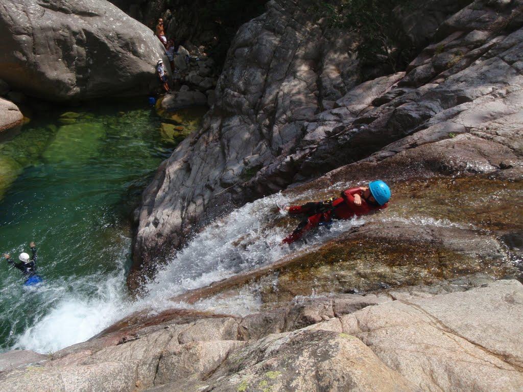 Le dermier toboggan. Le canyonner est englobé par l'eau.
