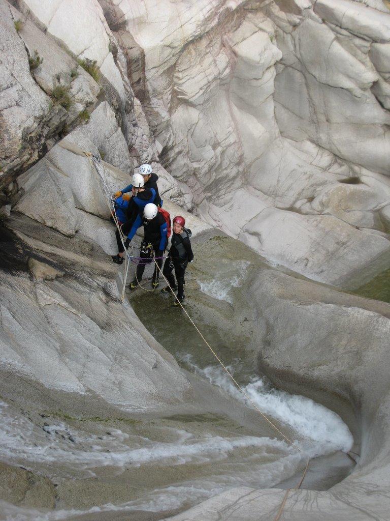 """L'eau creuse dans les """"faiblesses"""" du Granite."""
