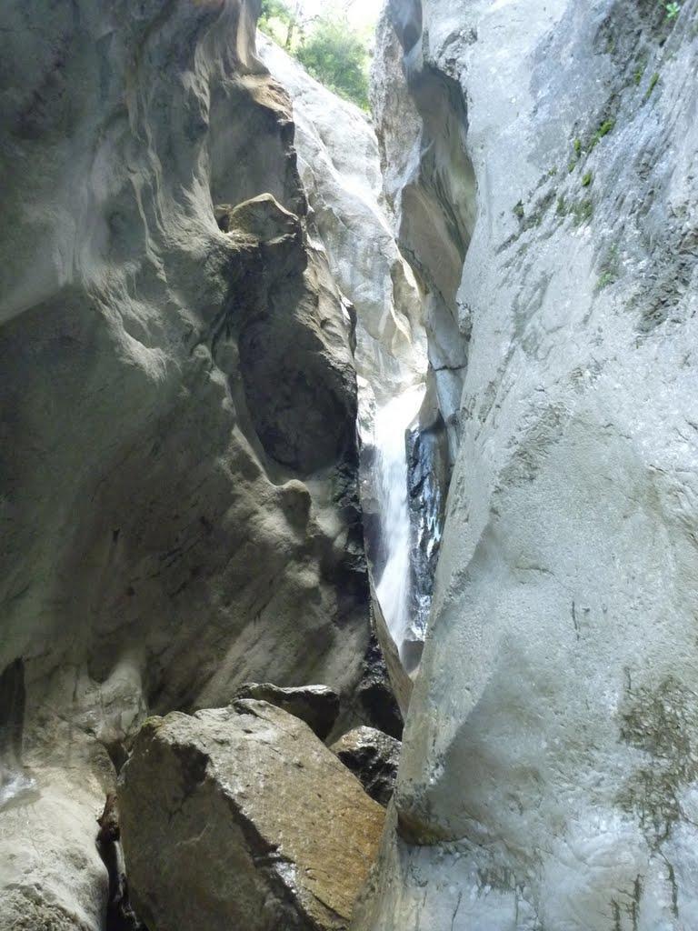 Etroiture du canyon entre des falaises de plus de 100m