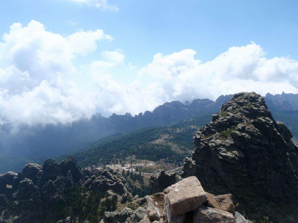 Sommet. Vue sur le col de Bavella et punta di L'Agellu (Tour 1, pointe de l'oiseau).