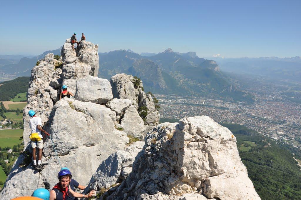 Véritable course d'arète rocheuse dans le Vercors qui domine grenoble. Au loin le Mont bBlanc et la Chartreuse.