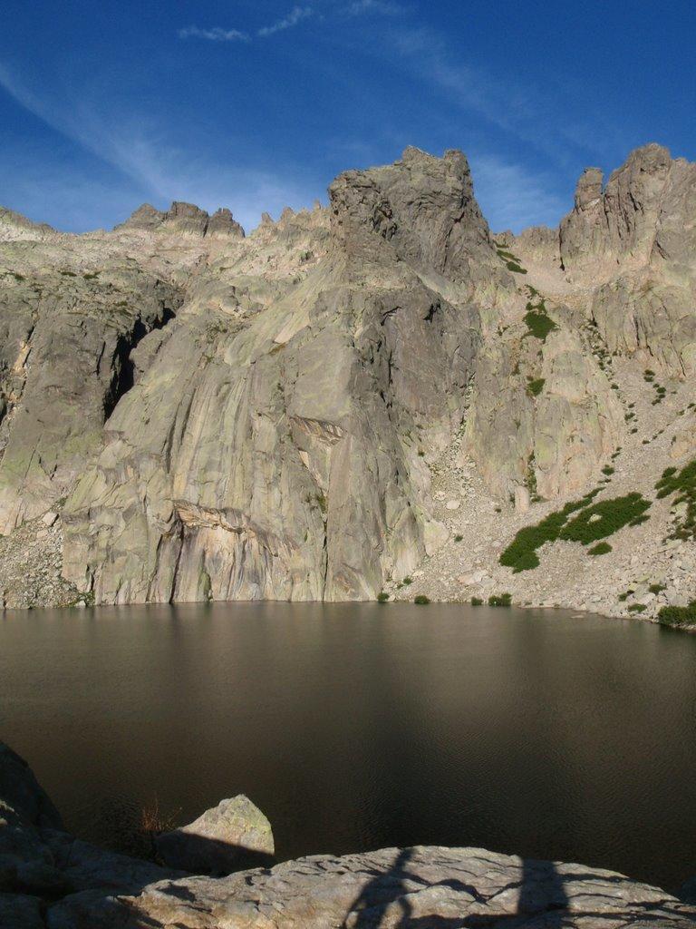 Le lac Capitello, avec une légère brise; il est 6h du matin.