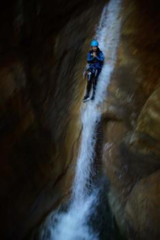 Le grand toboggan de 10m, canyoning au Pont du Diable