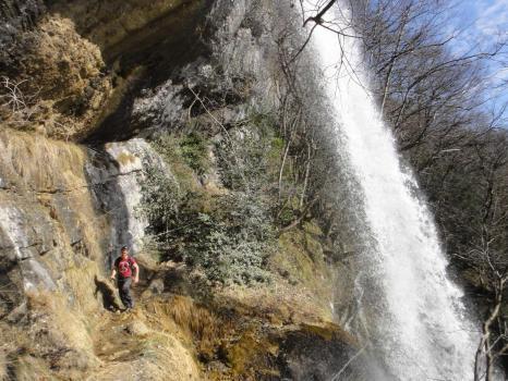 Le chemin d'accès à la via ferrata permet de passer sous la grande cascade de 40m du ruisseau de l'Alloix