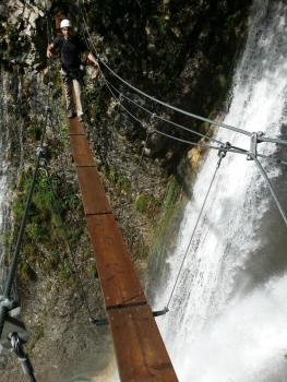 Passerelle au dessus de la première cascade de l'Alloix