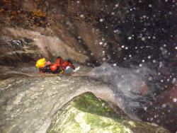 Toboggans dans le canyon nocturne