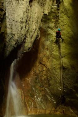 Le Rappel de 12m, c'est plus gros obstacle du canyon. La Corde est réglée à 1m de l'eau!
