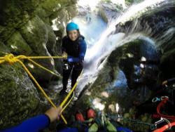 Abseilen aus 20m in einem Wasserfall, Canyon du Furon